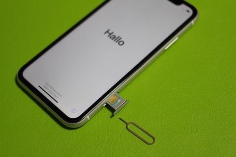 iPhone SIMカードの位置